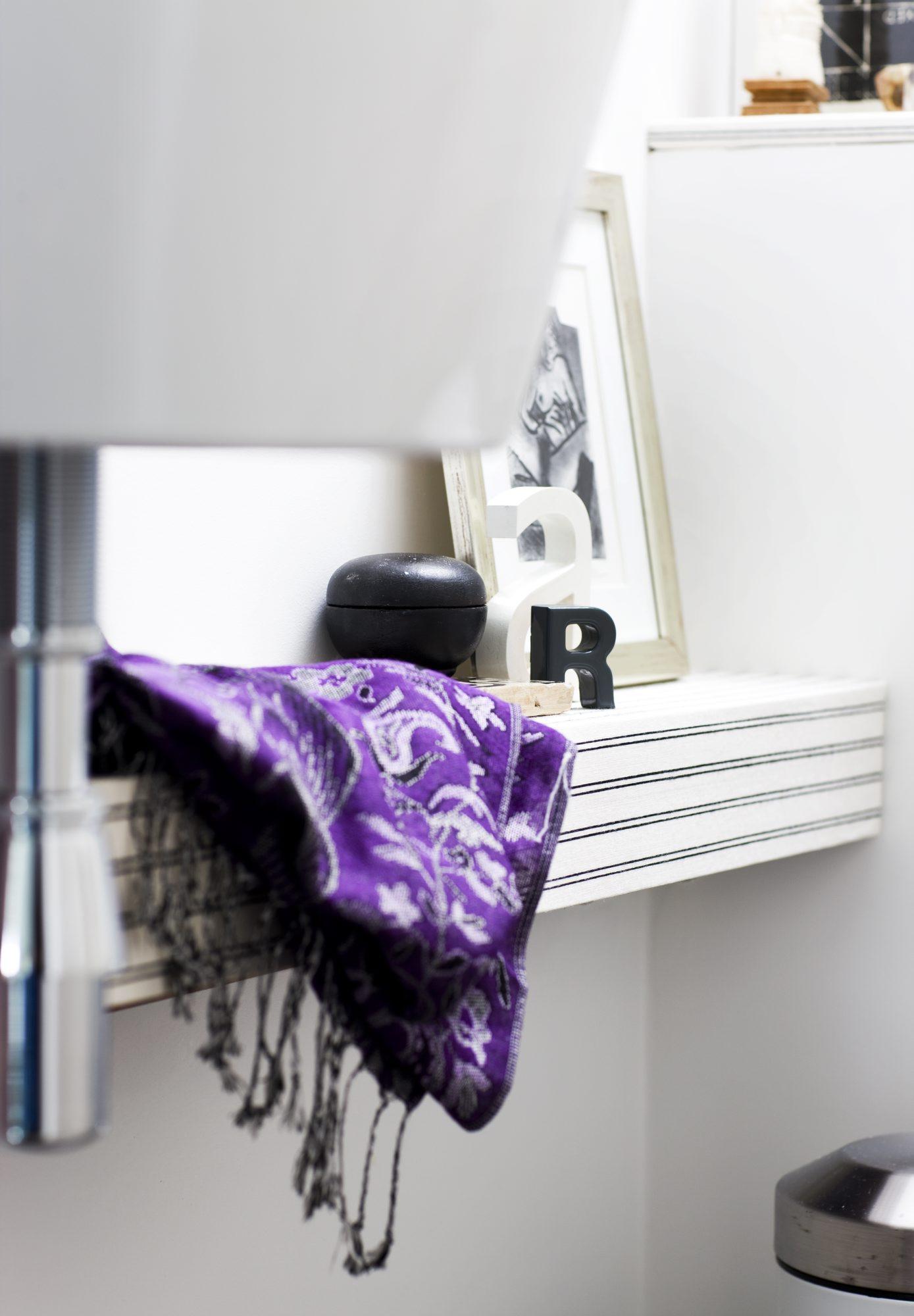 TOUCH AV DESIGN: En kasse rundt rørene til vasken er tapetsert med eksklusiv tapet fra Ralph Lauren. FOTO: Tia Borgsmidt