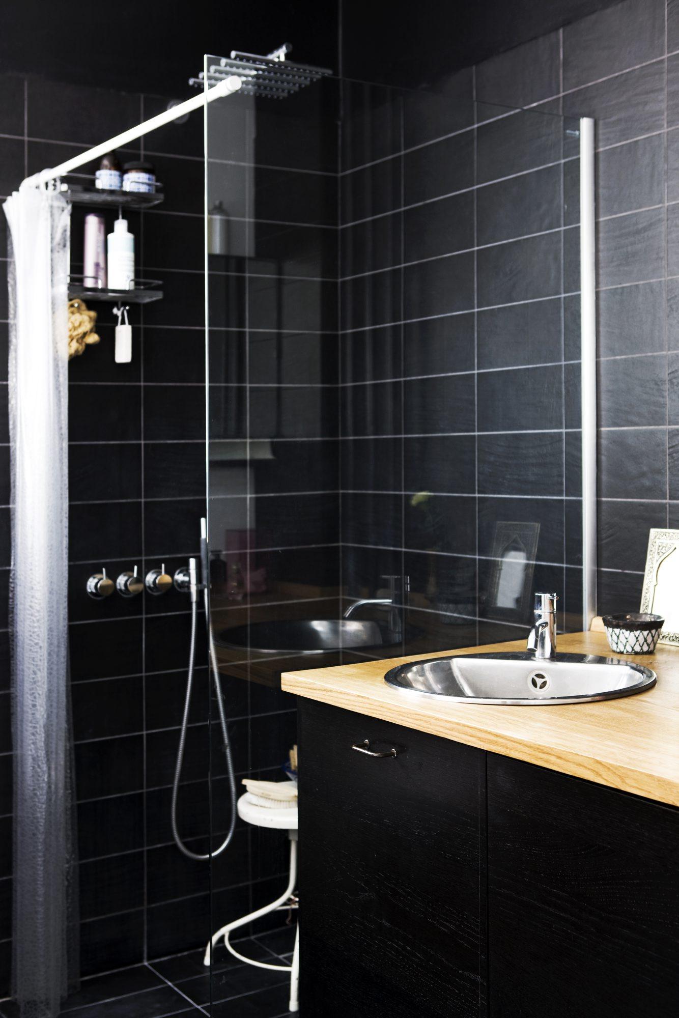 SMARTE LØSNINGER: En klar glassvegg skiller dusjen fra servanten, og gir en følelse av at rommet er større enn det er. FOTO: Tia Borgsmidt