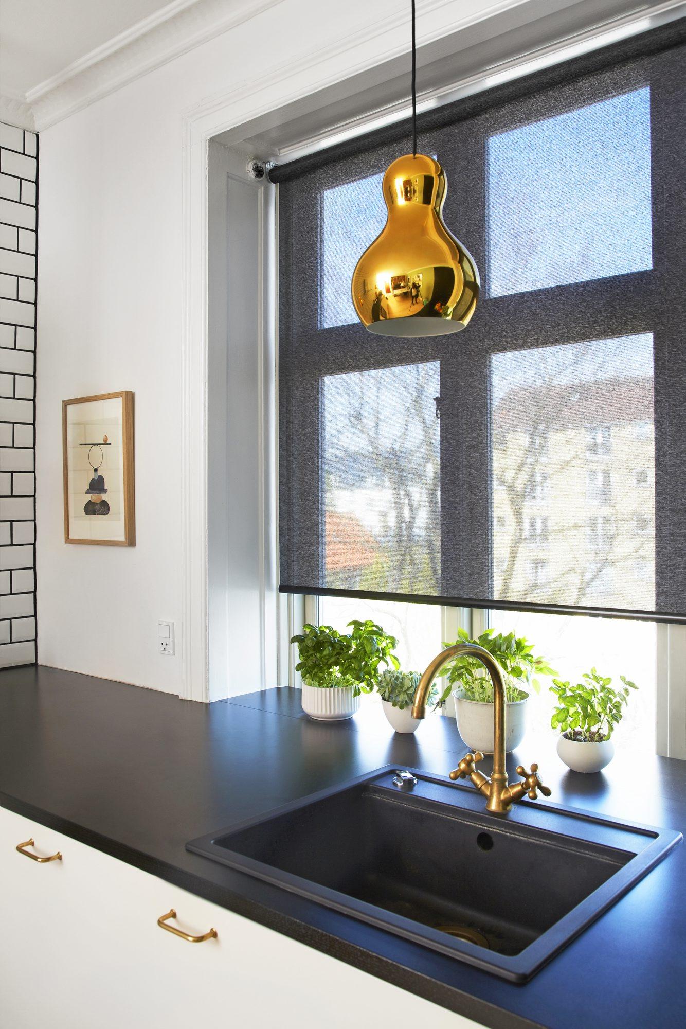 Kjøkken med messingdetaljer