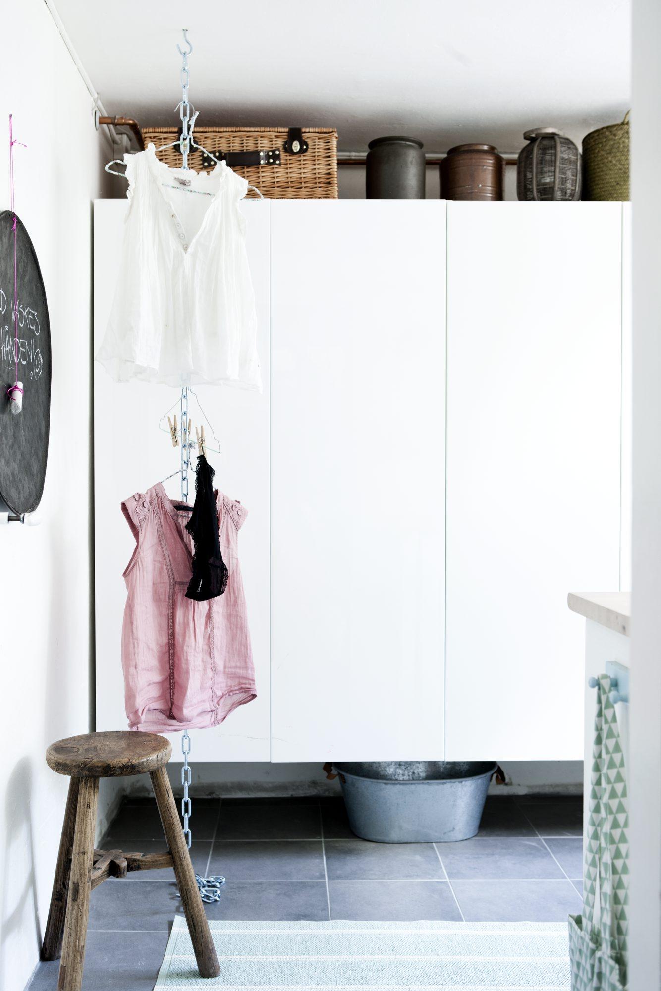 Heng klær i høyden på vaskerommet
