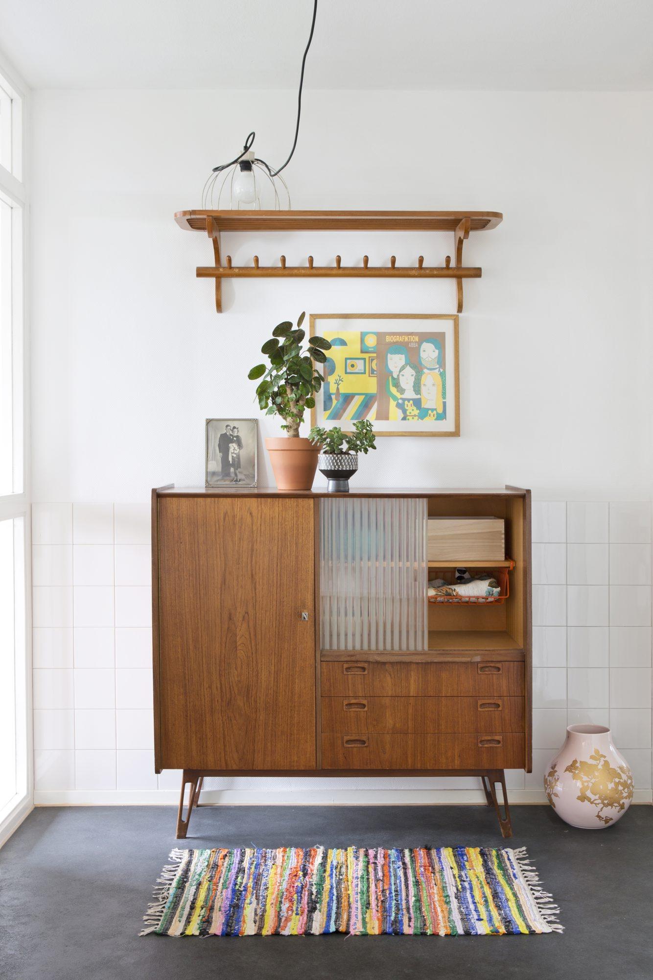 Gang med vintagestil. Bruk et gammelt møbel til oppbevaring.