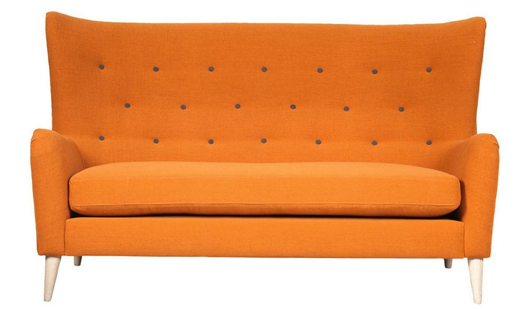 Oransje sofa fra A-møbler, kr 7498. Foto: Produsenten