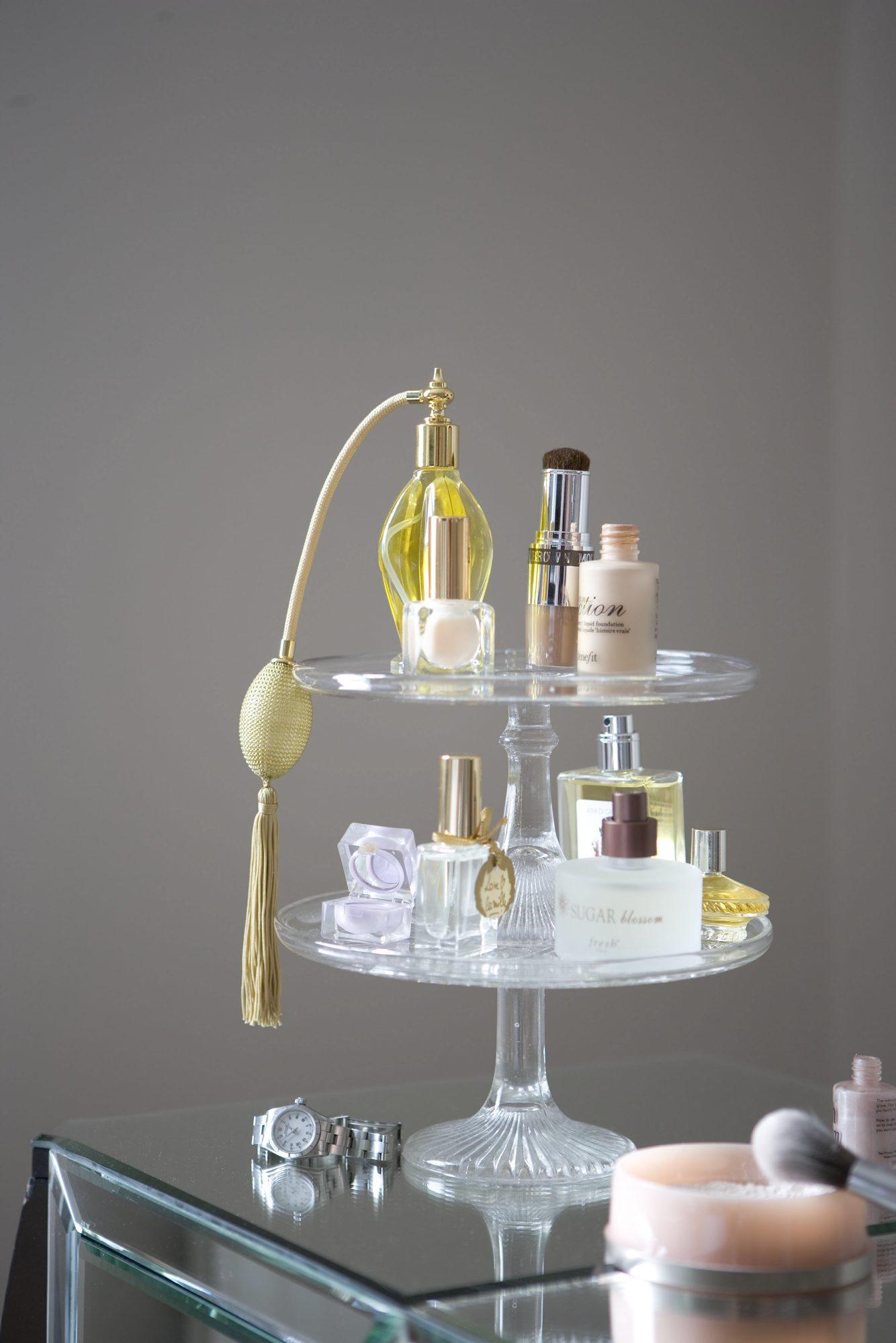 Decorating ideas: vintage glass cake stand for displaying perfume bottles. Pub orig L etc 09/2005 p96. Tips til badet speil kakefat smykkeskrin