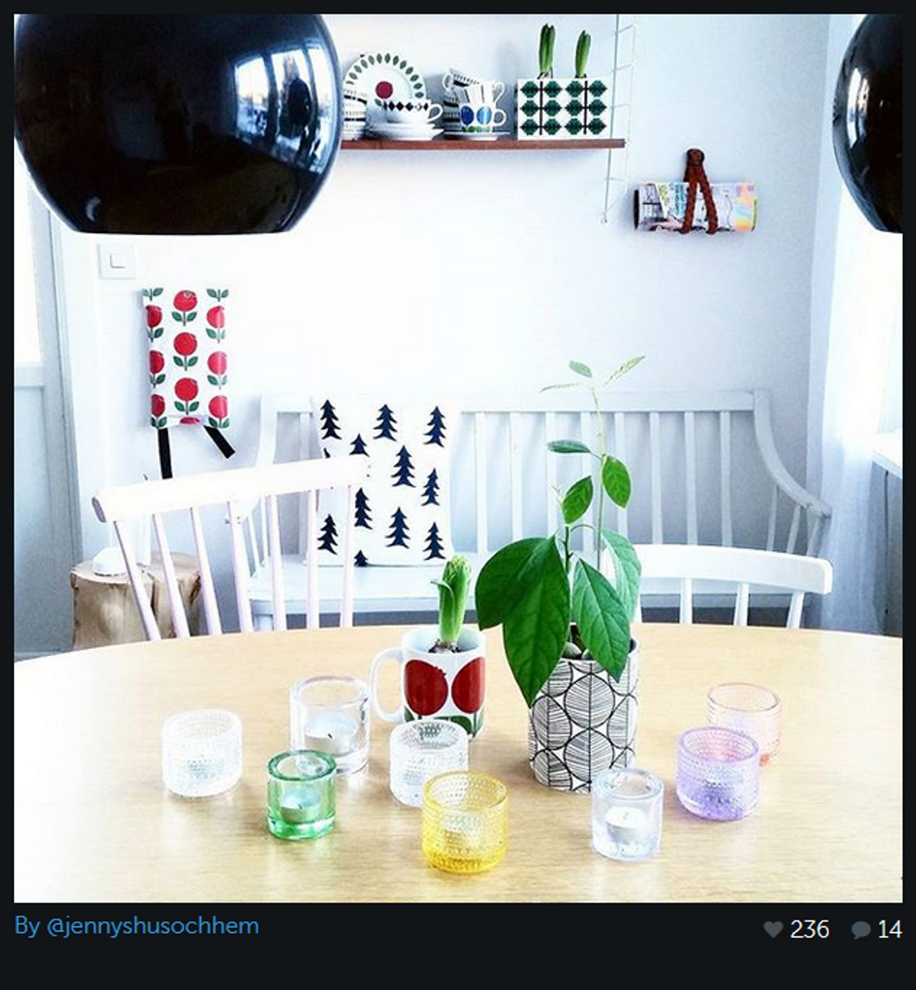 Utrolig stilig! @jennyshusochhjem har valgt en lampe med sort kuppel over spisestuebordet. Den gjør seg utrolig godt sammen med de hvite veggene og de fargerike detaljene på bordet.