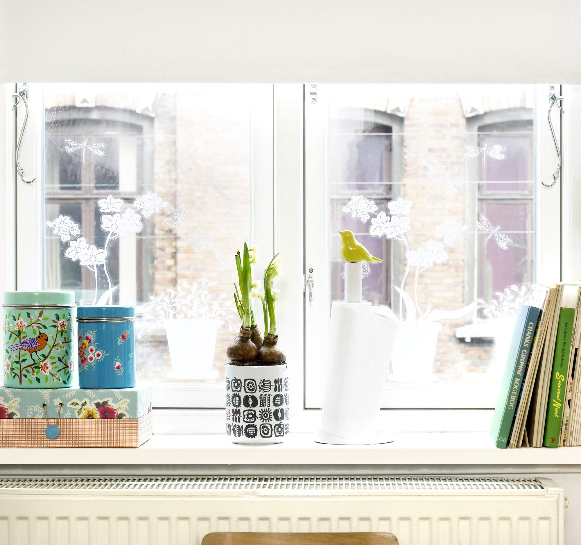 Når vindusvasken er gjort kan våren bare komme. Disse er dekorert med blomstene som gir deg vår allerede. FOTO: Linnea Press