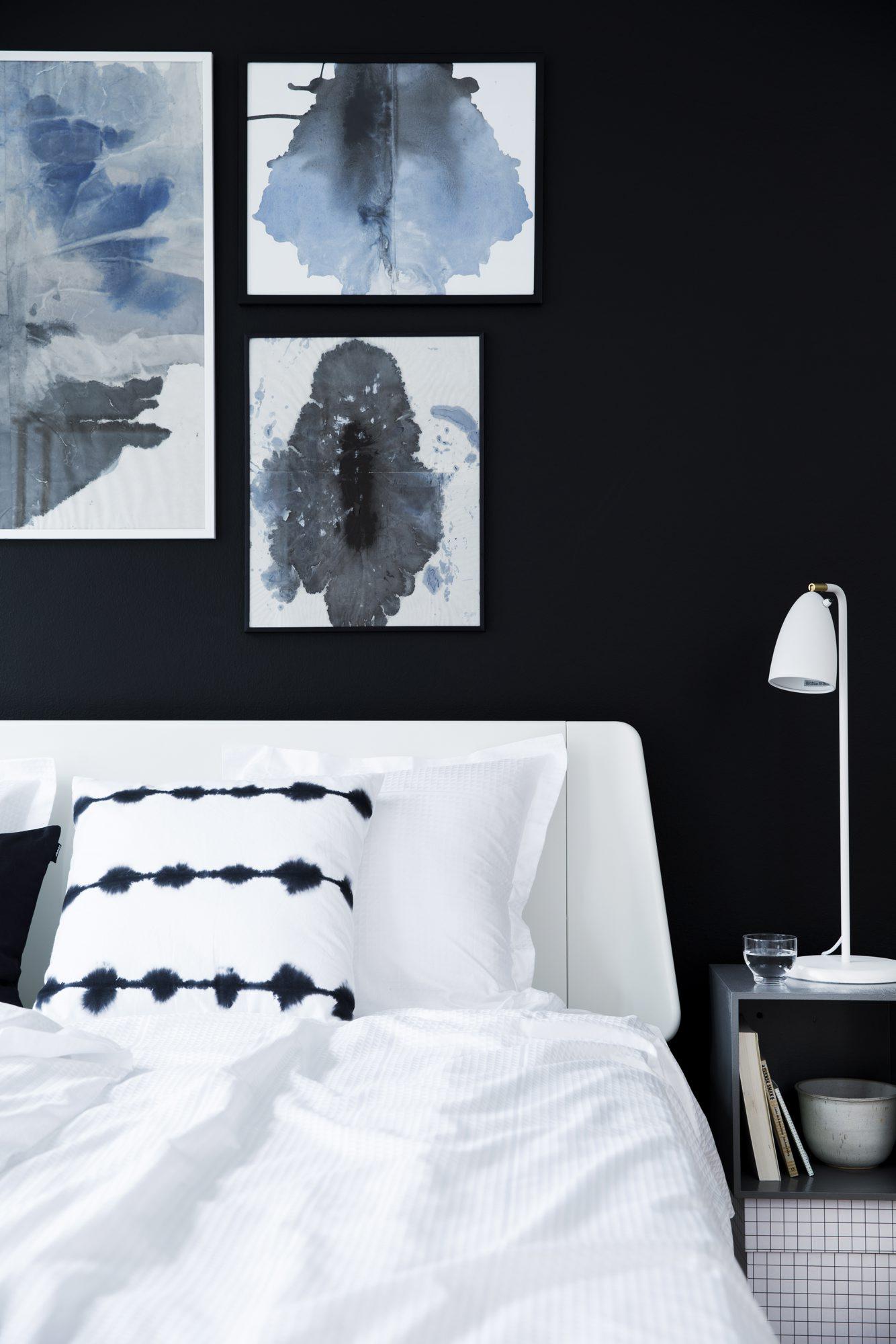 Lag din egen kunst ved Mette Helena Rasmussen svar vegg grå vegg svart-hvitt soverom spisestue bokhylle