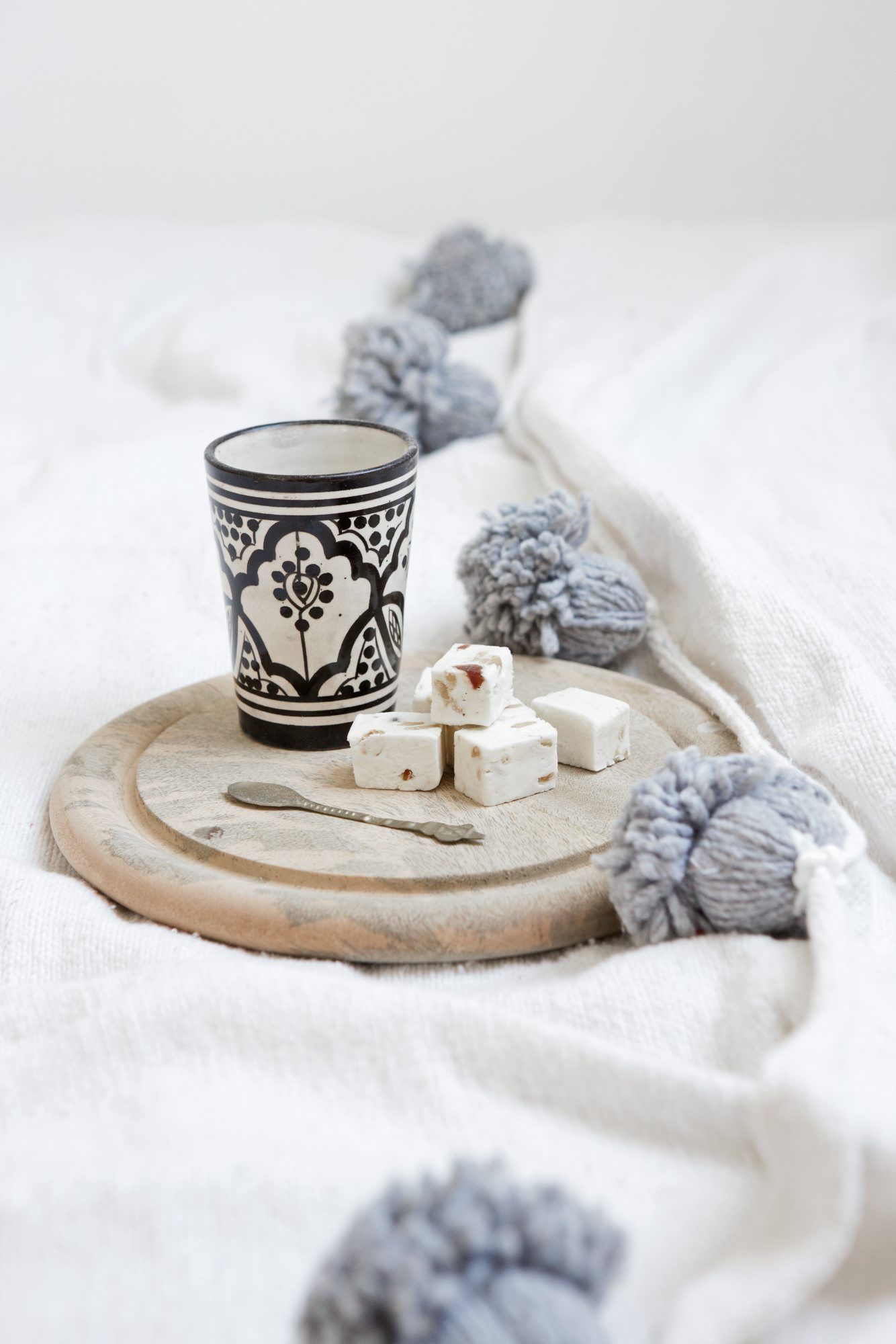 Tasse marocaine et guirlande de pompons