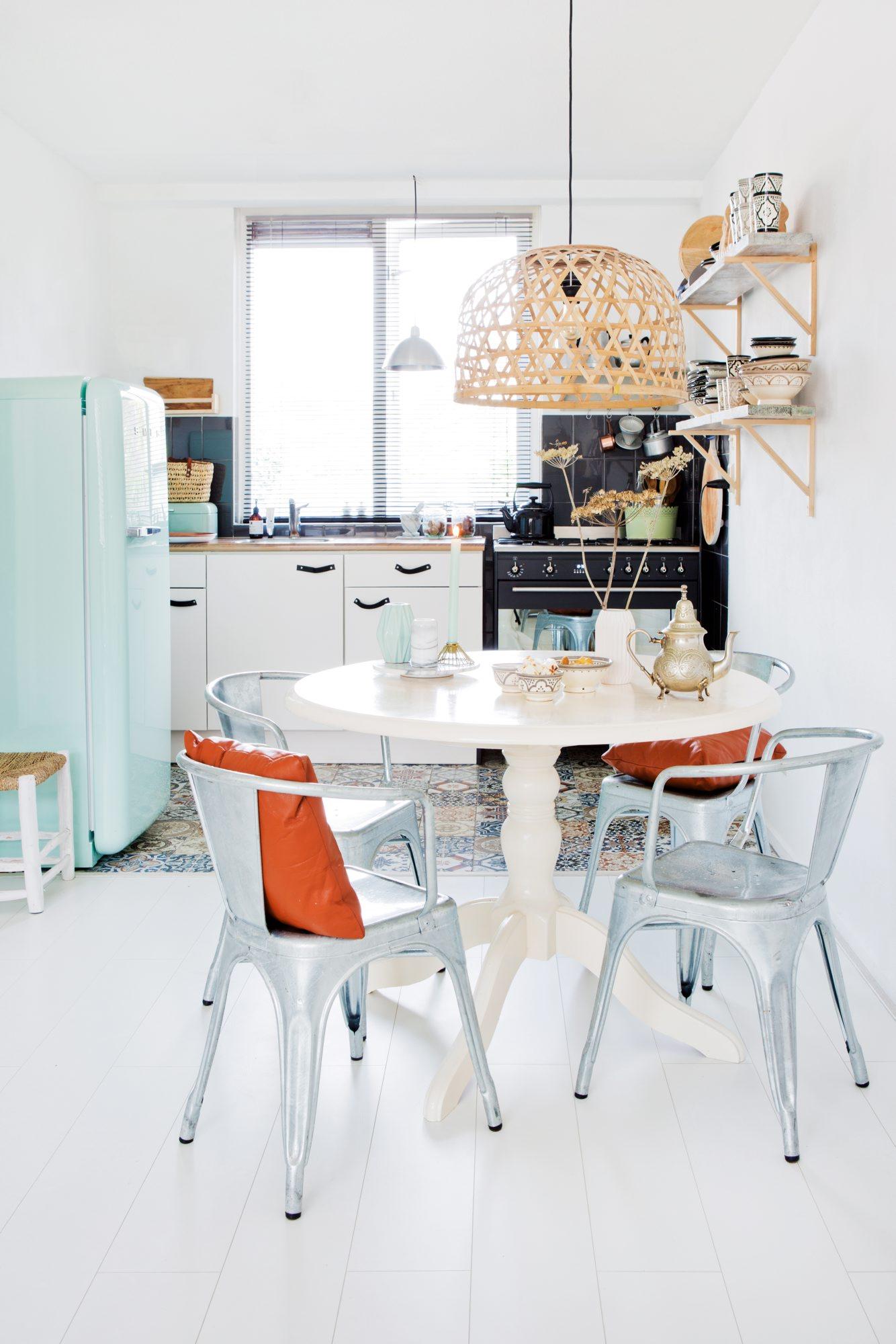 Frigo Smeg, vaisselle marocaine et chaises Tolix dans la cuisine