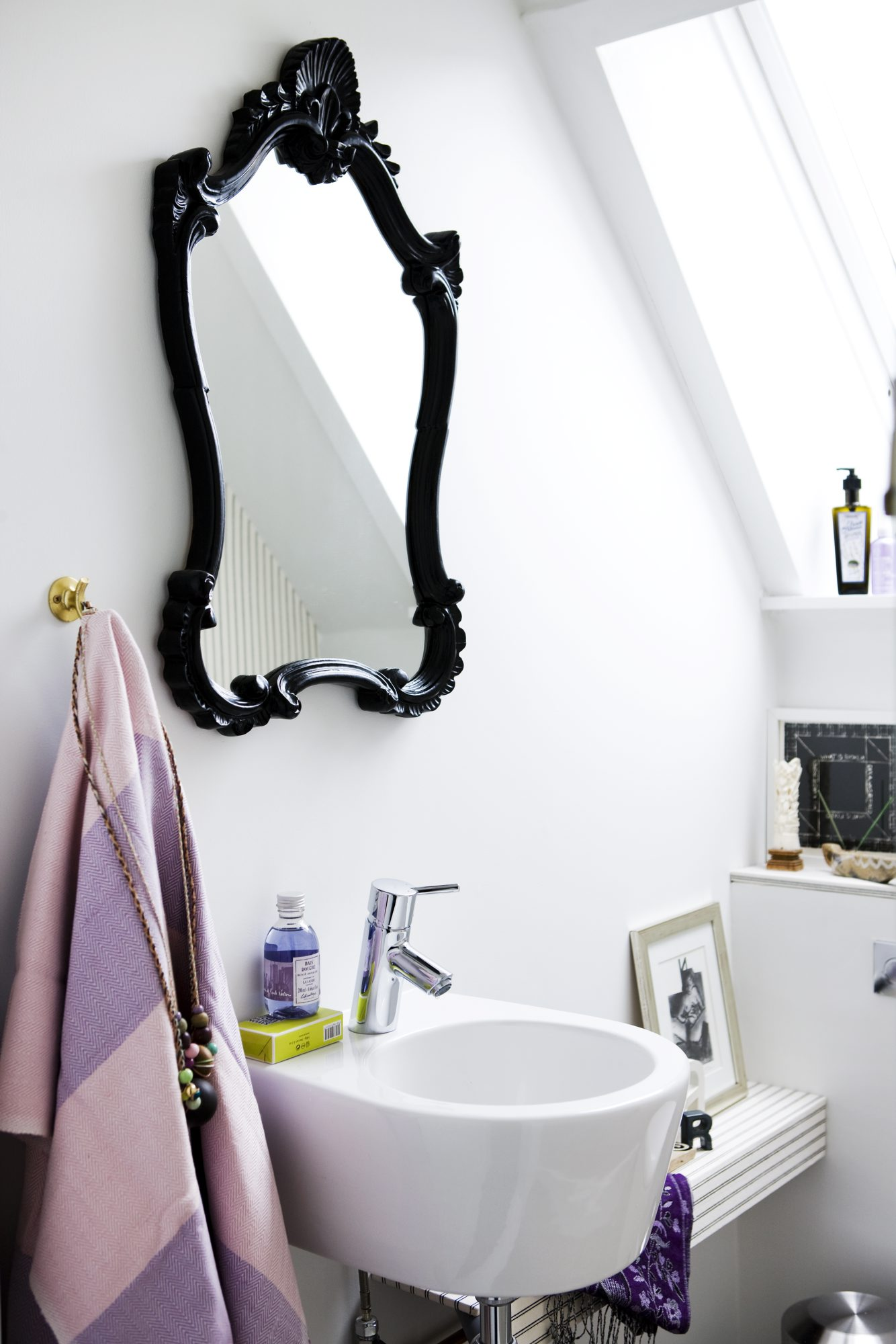 BRUKTFUNN: Speilet er funnet på et loppemarked, og rammen er malt svart. FOTO: Tia Borgsmidt