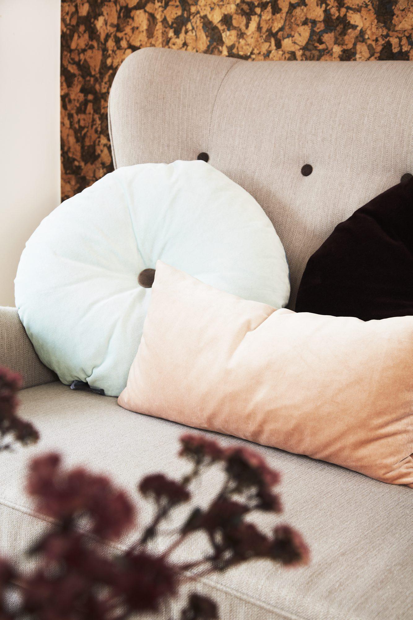 DETALJER: Sofa og lenestol fra Ilva, rund velpurpute fra Christina Lundsteen/Eske. FOTO: Anitta Behrendt