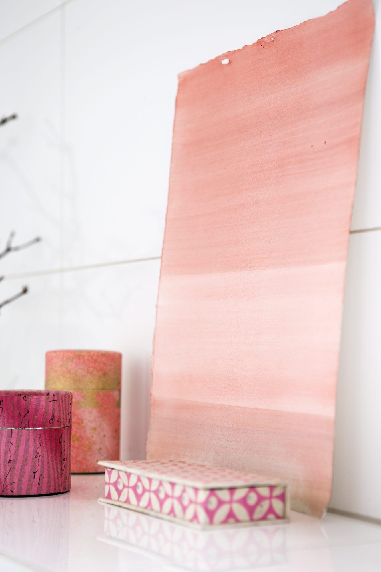 ROSA DETALJER: Tebokser fra Taeko og en akvarell malt passer fint inn i det lyserøde fargetemaet. FOTO: Tia Borgsmidt