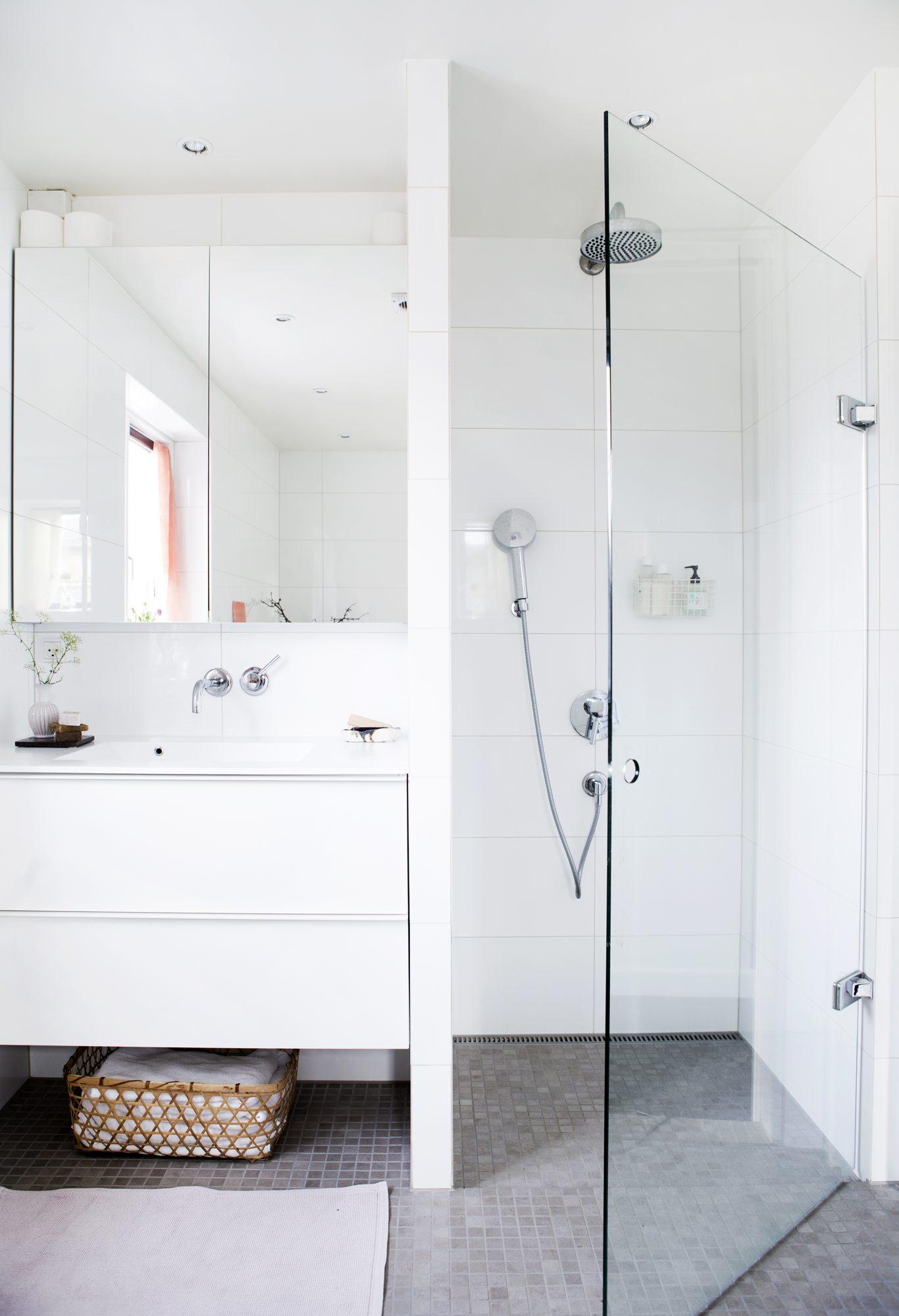 SPAR PLASS: Istedenfor en vanlig dør er det satt inn en skyvedør – det gir ekstra plass på badet. FOTO: Tia Borgsmidt
