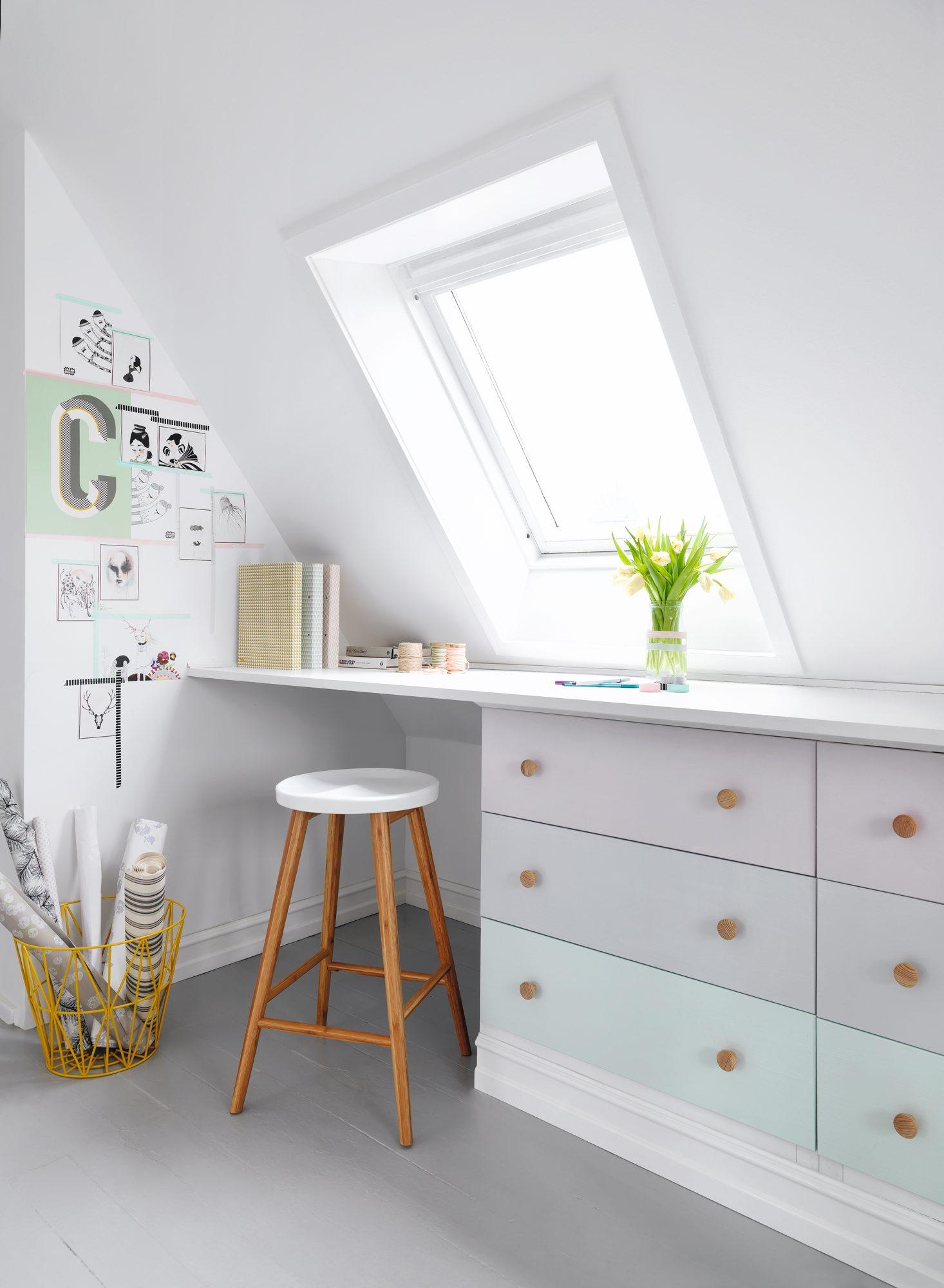 KREATIVT HJØRNE: En hvit base sammen med duse pasteller og et takvindu for dagslys, gir energien du trenger på en arbeidsplass. FOTO: Tia Borgsmidt