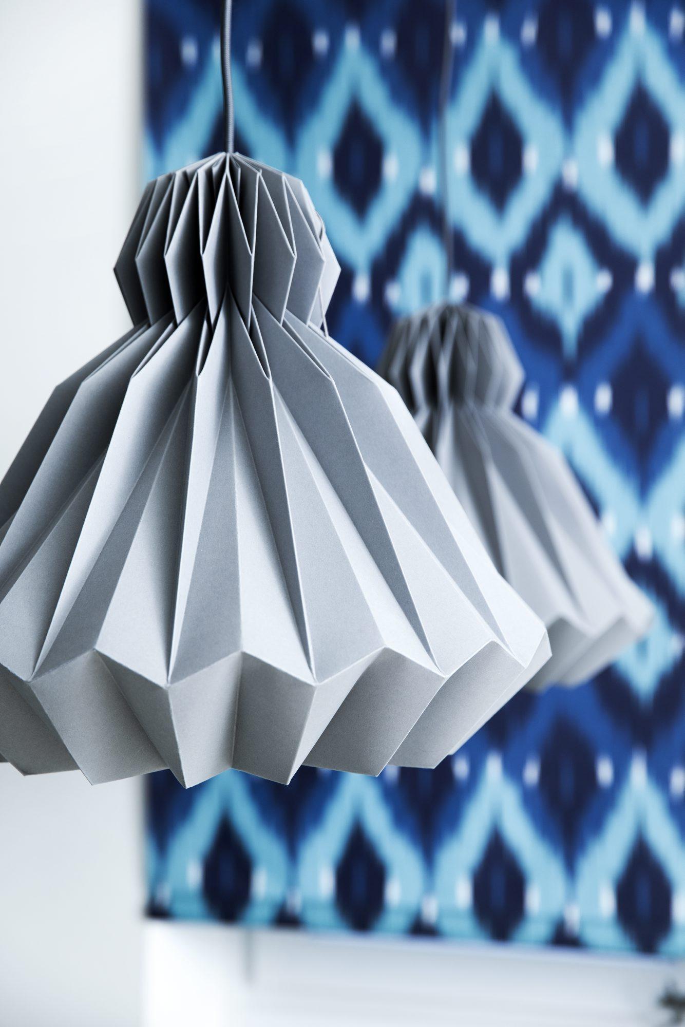 LAMPER MED SÆRPREG: De håndlagde Dressedup lampene er fra Droobski. Rullegardinet heter Ikat og er fra Faber. FOTO: Tia Borgsmidt