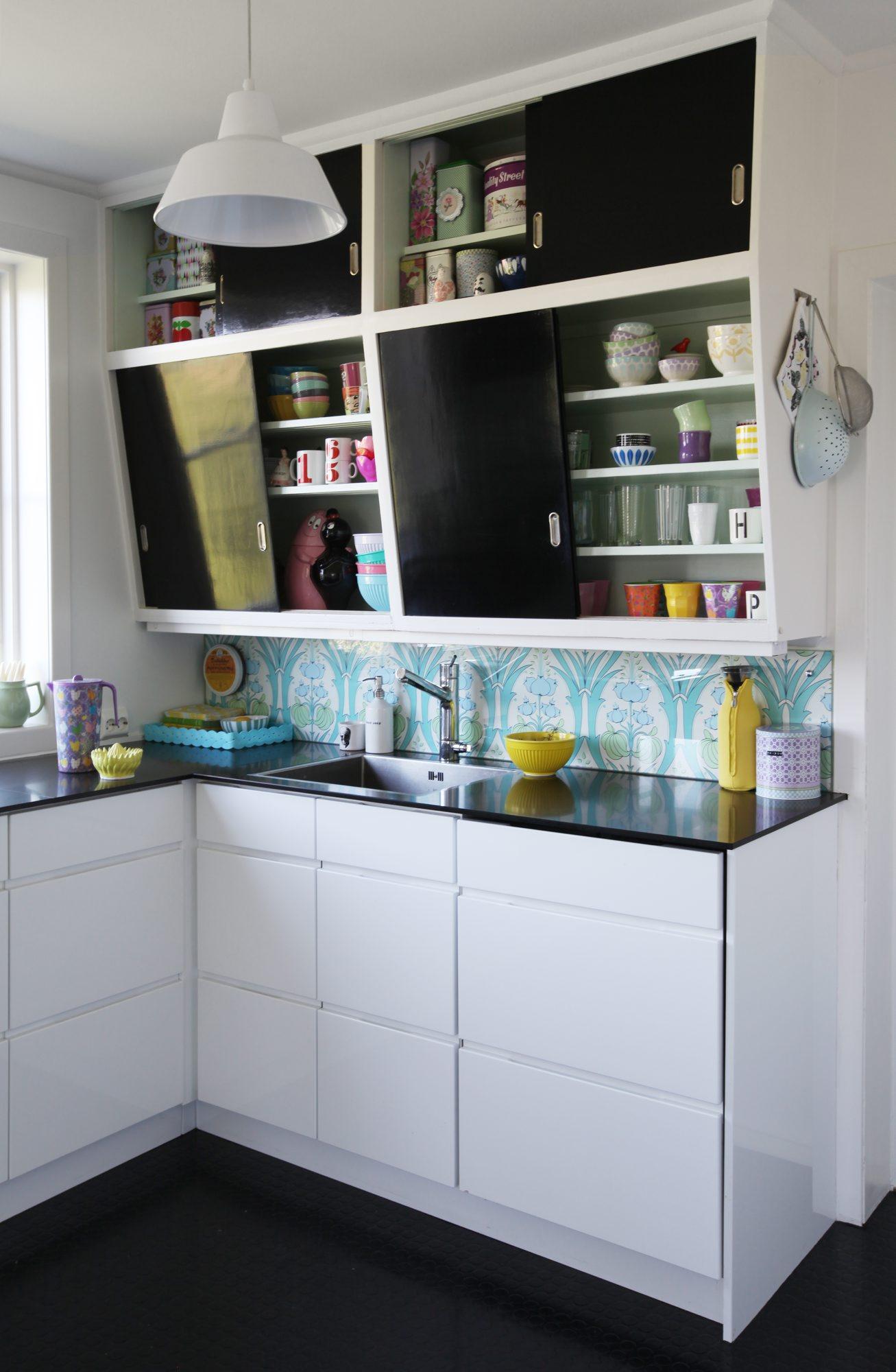 Kjøkken som kombinerer gamle overskap med nye underskap i kjøkkeninnredningen.
