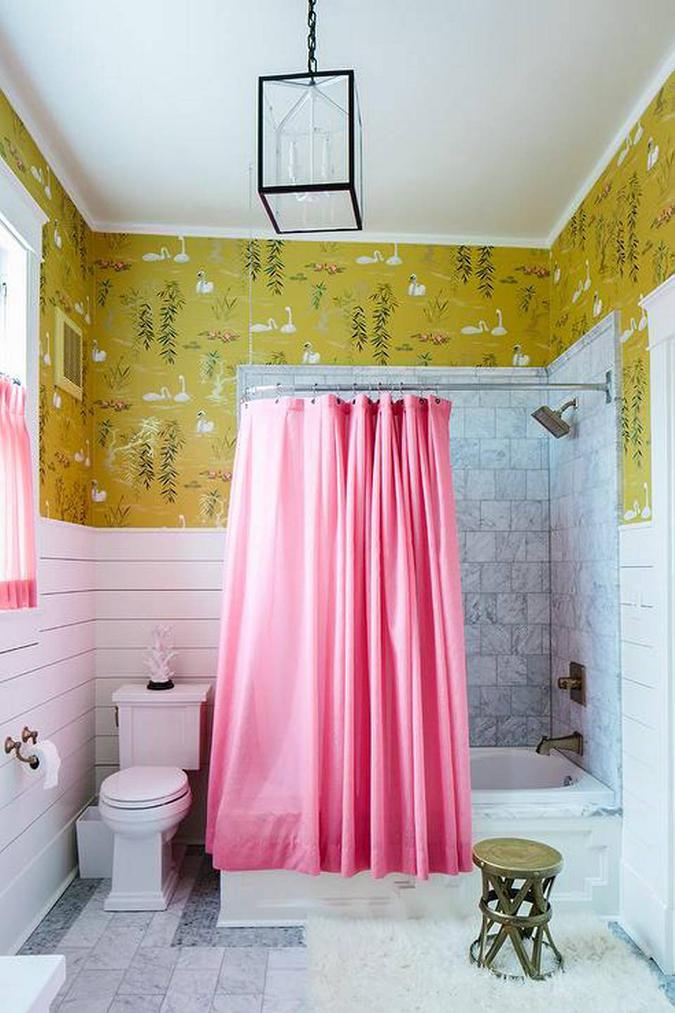 Bad med fargerik tapet.