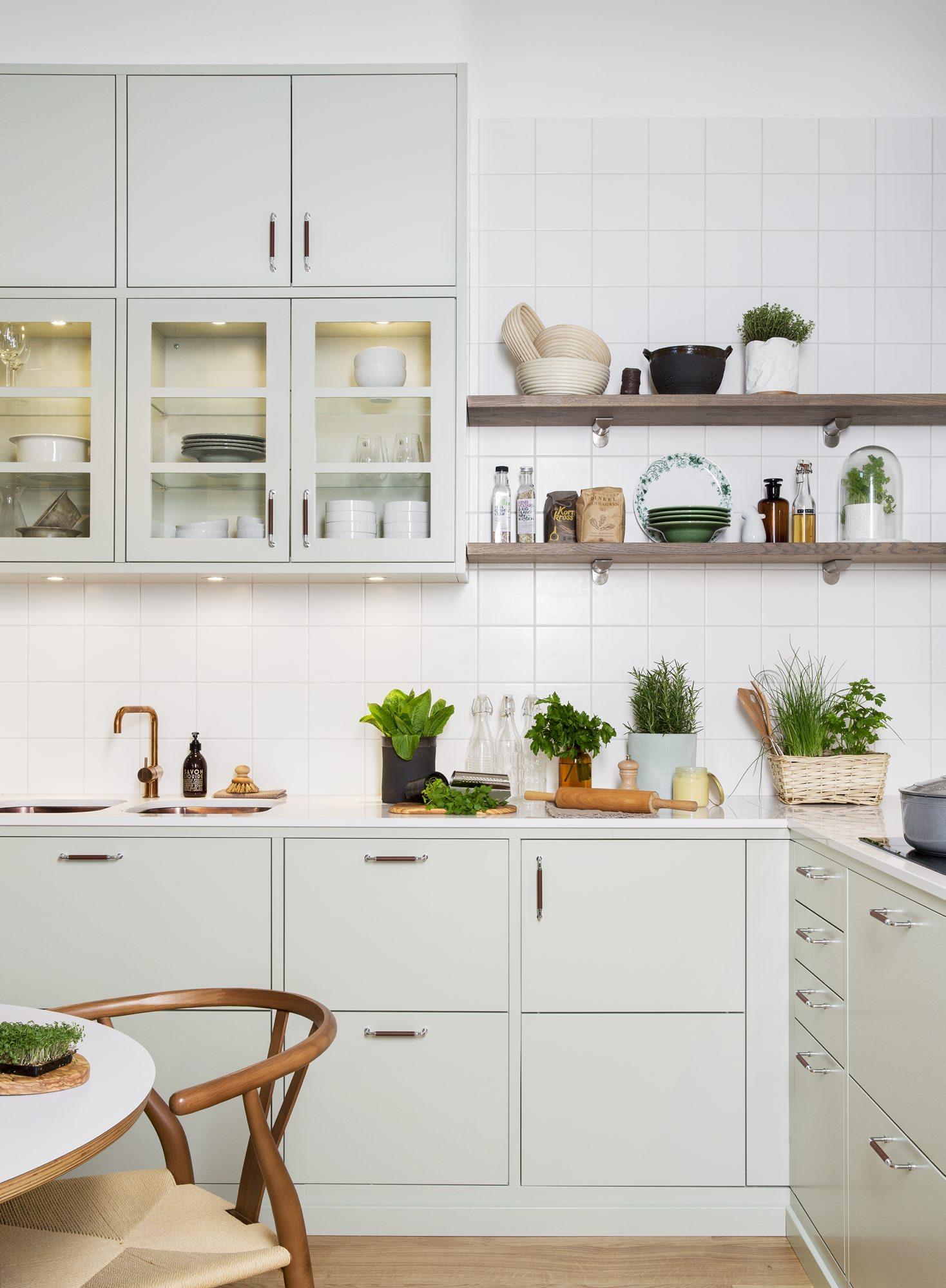 TREND: Kjøkkeninnredningen Bistro i vakker lindeblomstgrønn farge symboliserer en aktuell kjøkkentrend som er inspirert av naturen. FOTO: Ballingslöv Bistro