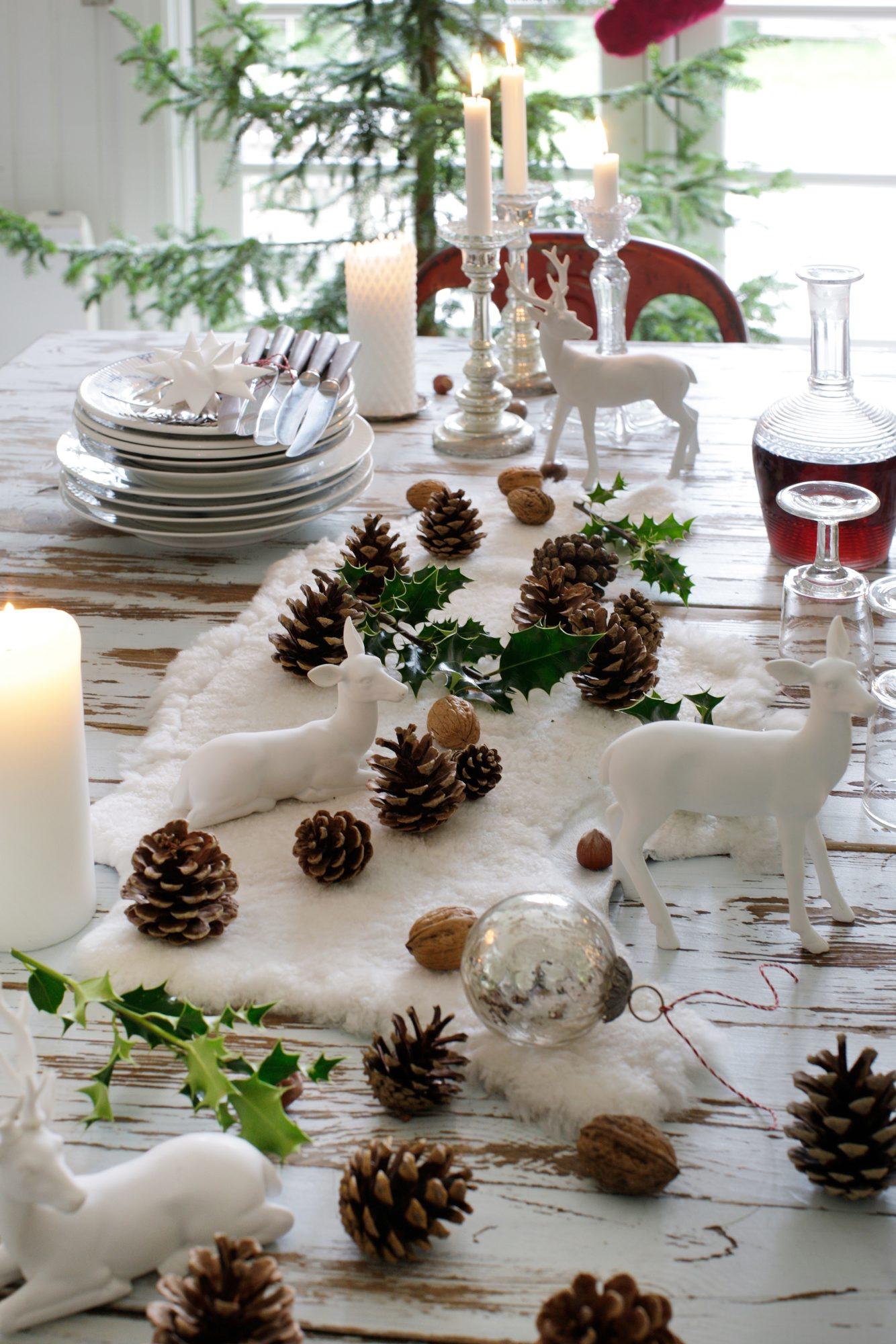 bord pyntet til jul med kongler