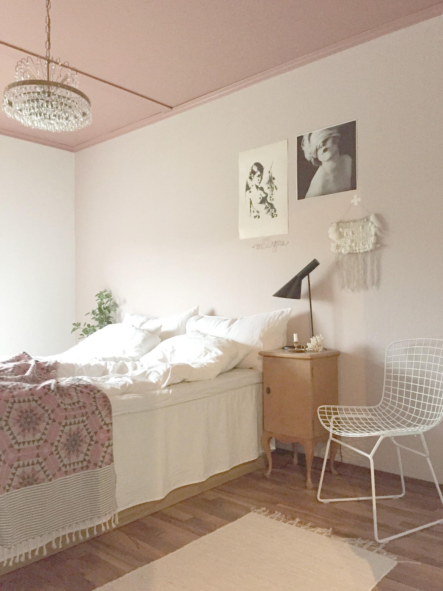 Også soverommet har de samme romantiske fargenyansene. På veggen under bildet, kan du såvidt se ståltråden som Anne har formet og som hun har spraylakkert. FOTO: Anne Djupvik Andersen
