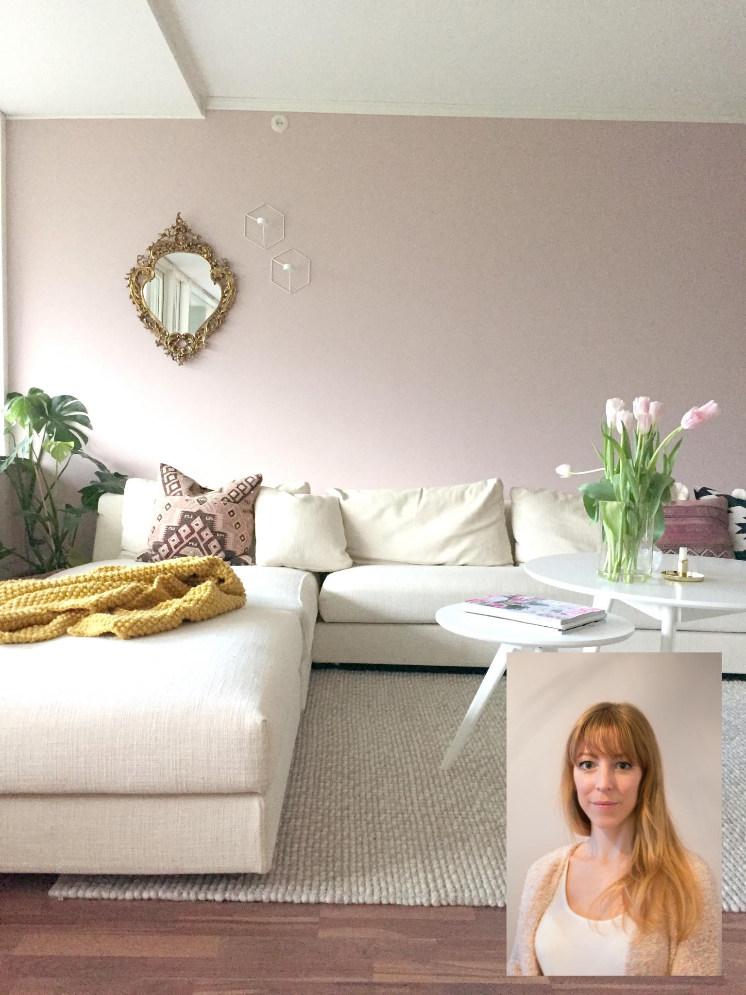 Stuen til Anne Djupvik Andersen er preget av duse nyanser i rosa med innslag av hvitt. Nydelig. FOTO: Anne Djupvik Andersen