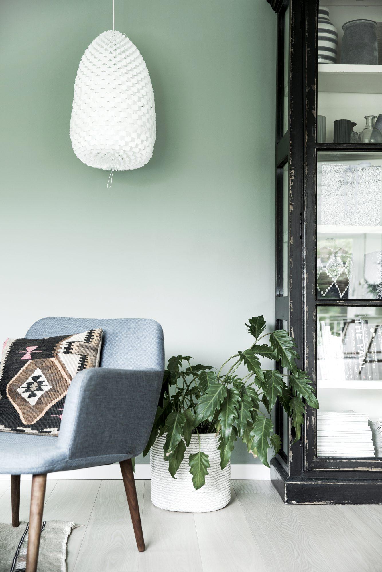vitrineskap og stol i stue